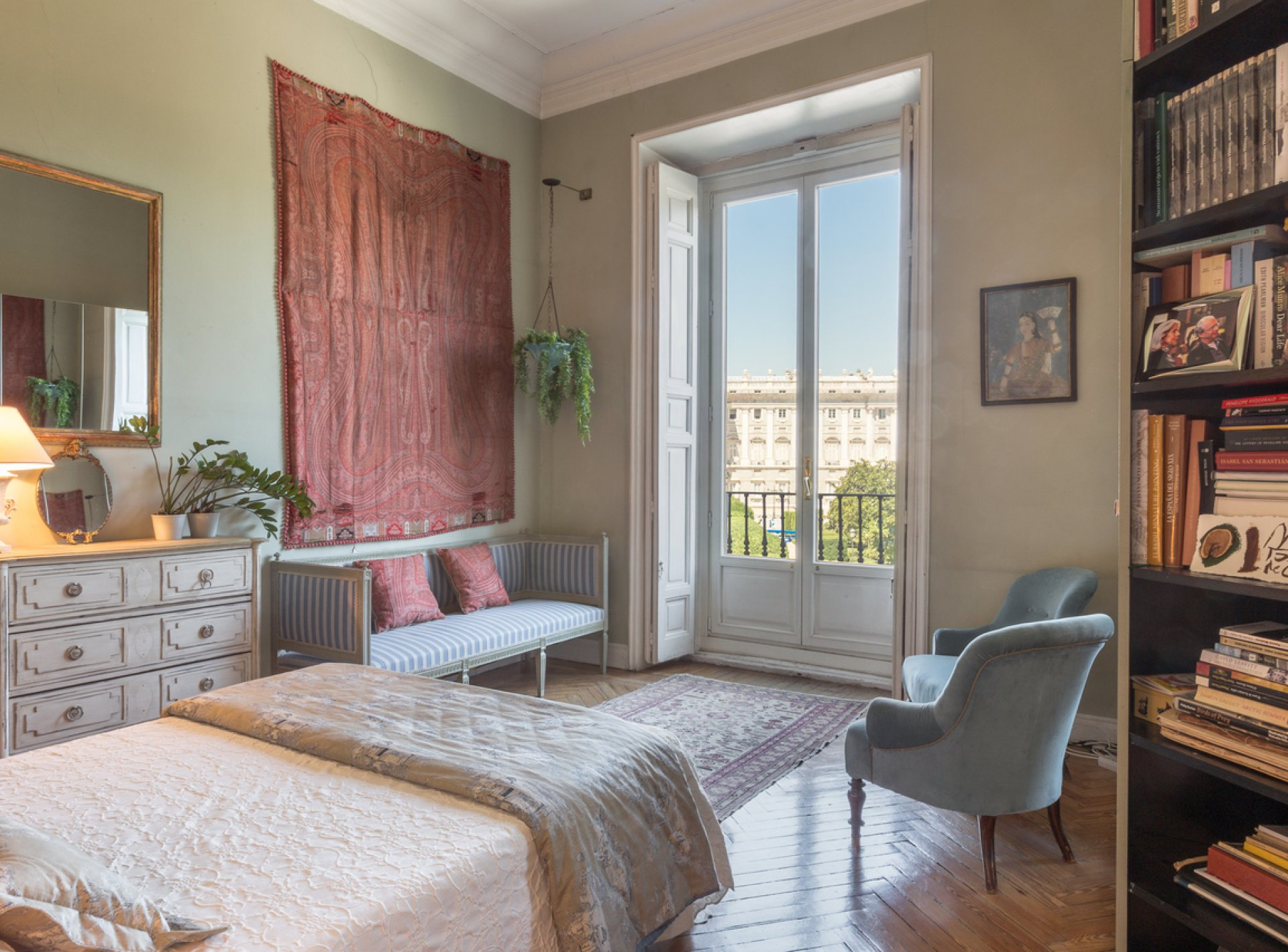 Sophisticated 4-Bedroom Apartment in the Centre of Madrid with Views of the Royal Palace